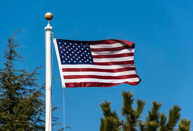 Bandeira americana acenando contra o céu azul, eua bandeira acenando