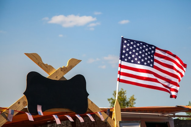 Bandeira americana acenando no fundo do céu azul