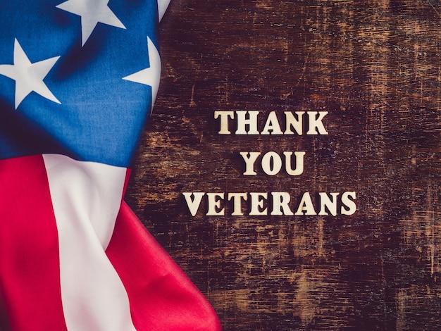 Bandeira americana ao lado do texto obrigado, veteranos