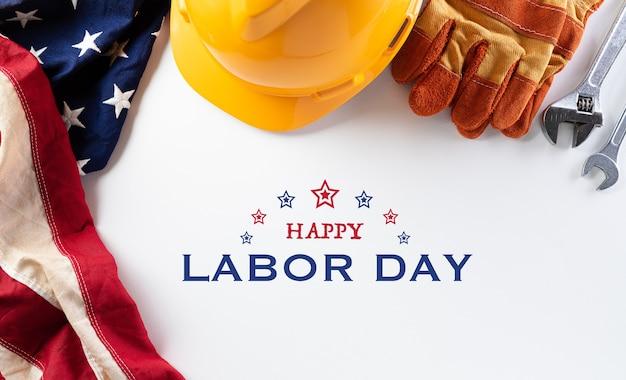 Bandeira americana com diferentes ferramentas de construção, banner feliz do dia do trabalho