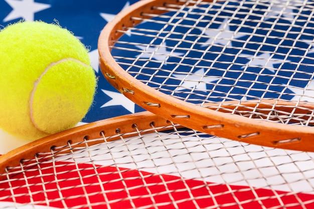 Bandeira americana com raquetes de tênis.