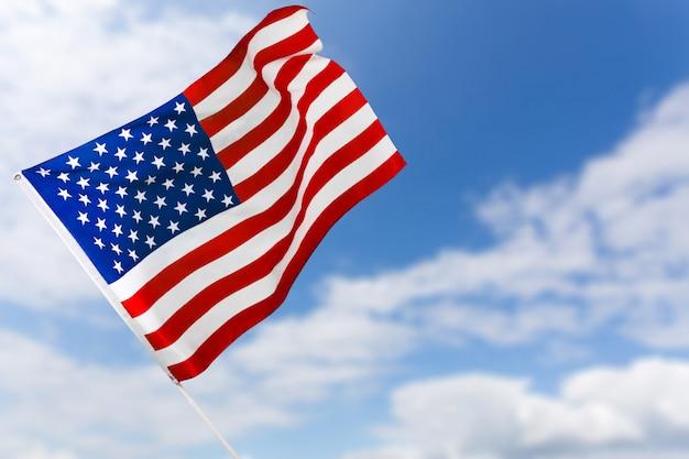 Bandeira americana contra o céu azul