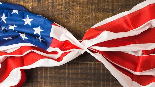 Bandeira americana de babados na mesa de madeira