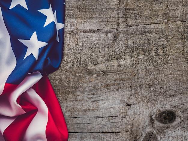 Bandeira americana deitada sobre uma mesa vazia. lugar para sua inscrição. lindo cartão. close, vista de cima. conceito de feriado nacional. parabéns para família, parentes, amigos e colegas
