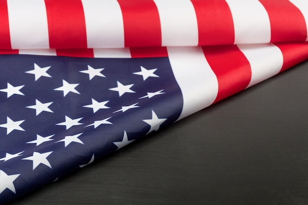 Bandeira americana dobrada na lousa preta com espaço de cópia.