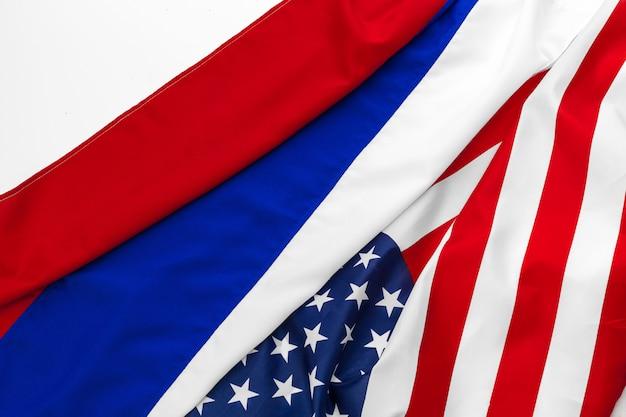 Bandeira americana dos eua e bandeira russa juntos fundo
