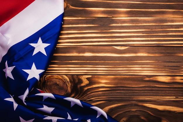 Bandeira americana dos eua em fundo de madeira