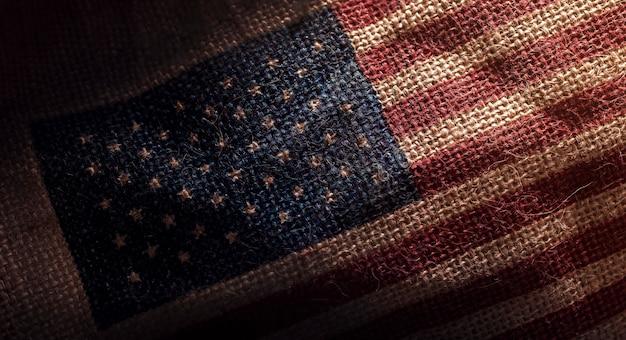 Bandeira americana dos eua impresso em saco de serapilheira grunge escuro
