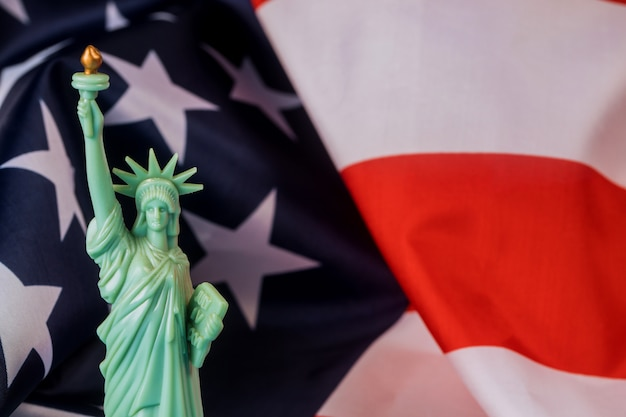 Bandeira americana e a estátua da liberdade para o dia da independência