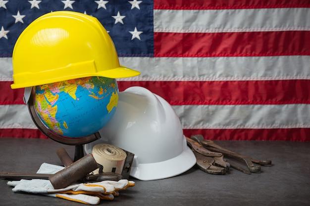Bandeira americana e ferramentas perto do capacete conceito do dia do trabalho.