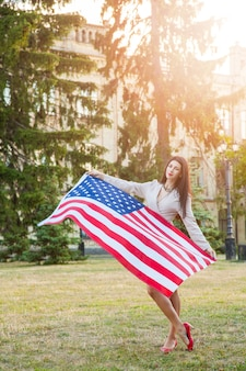 Bandeira americana e mulher, julho