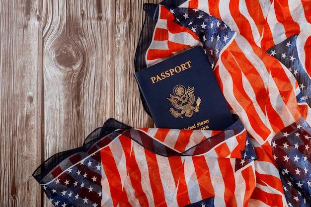 Bandeira americana e passaportes com os símbolos dos estados unidos da américa.