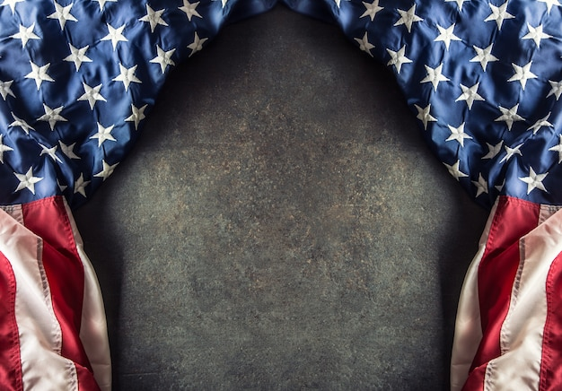 Bandeira americana em concreto escuro com espaço livre. veteranos de 4 de julho ou dia da independência dos eua.
