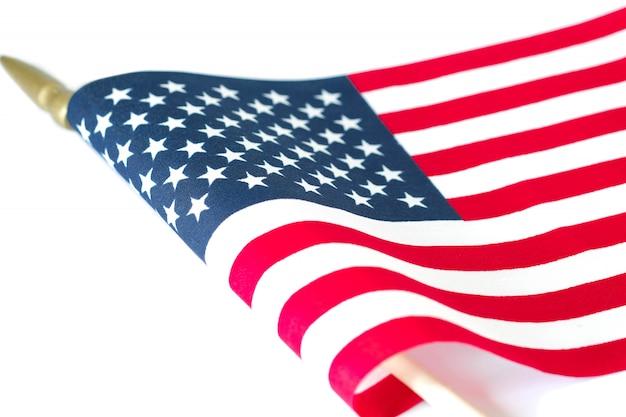 Bandeira americana em fundo branco. memorial day ou 4 de julho conceito.