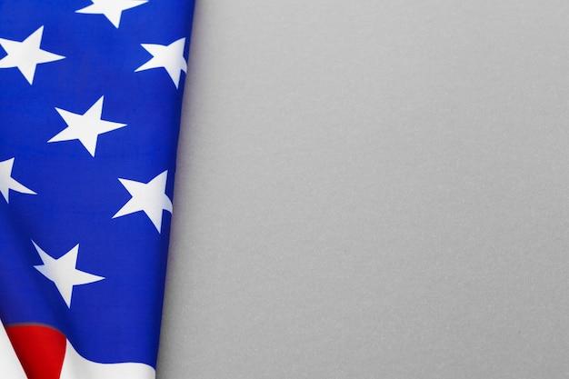 Bandeira americana em fundo cinza
