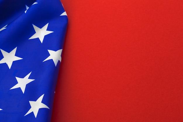 Bandeira americana em fundo vermelho