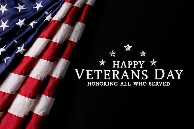 Bandeira americana em preto com texto feliz dia dos veteranos.