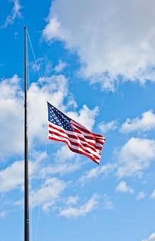 Bandeira americana em um céu azul durante um dia de vento