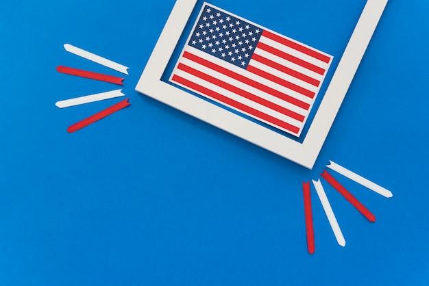 Bandeira americana emoldurada na superfície azul
