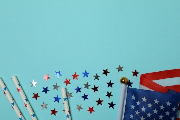 Bandeira americana, glitter e canudos sobre fundo azul