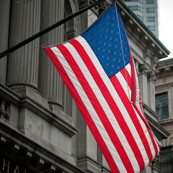 Bandeira americana, ligado, a, cidade velha, corredor, predios, em, boston, massachusetts, eua