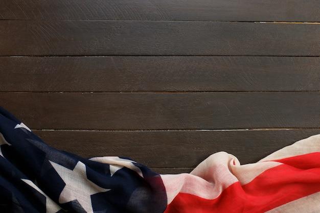 Bandeira americana na madeira. a bandeira dos estados unidos da américa.