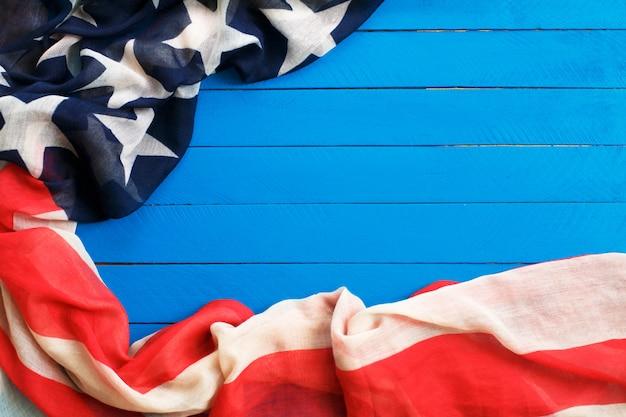 Bandeira americana na madeira azul. a bandeira dos estados unidos da américa.