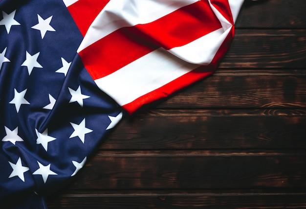 Bandeira americana na mesa de madeira com espaço de cópia.