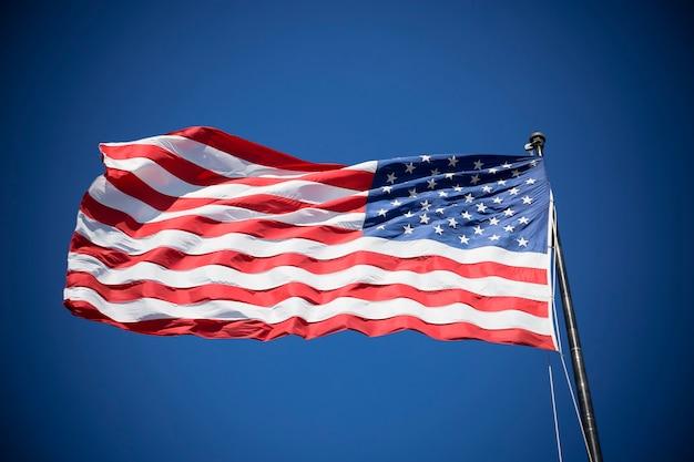 Bandeira americana no céu azul, eua, processamento fotográfico especial.