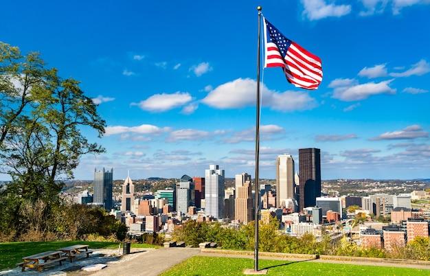 Bandeira americana no emerald view park, no monte washington, com vista para o centro de pittsburgh, pensilvânia