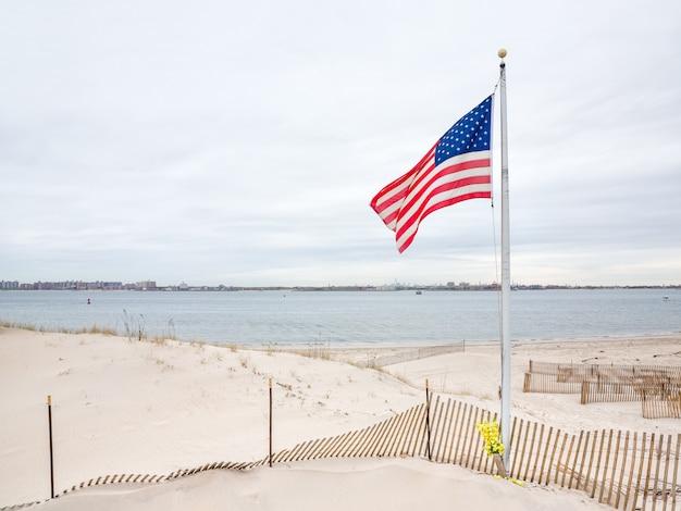 Bandeira americana no ponto ventoso
