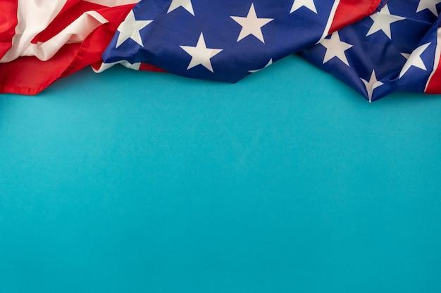 Bandeira americana sobre fundo azul, com espaço de cópia para o seu texto.