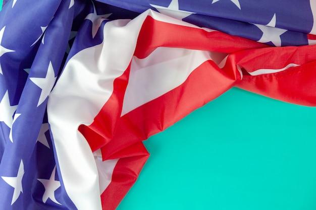 Bandeira americana sobre fundo verde, com espaço de cópia para o seu texto