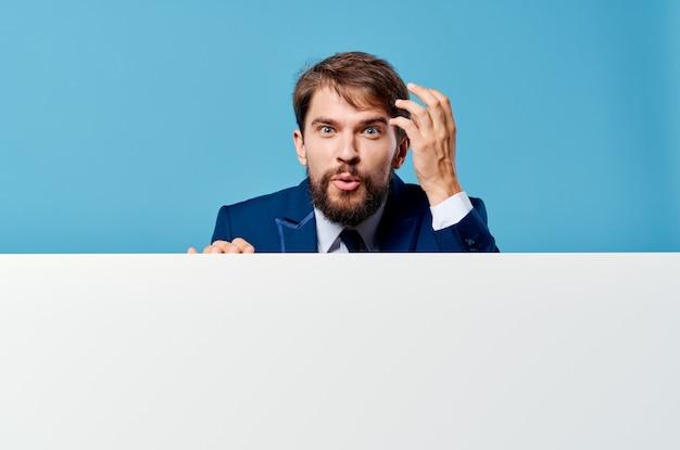 Bandeira branca azul de maquete de apresentação de emoções de homem de negócios.