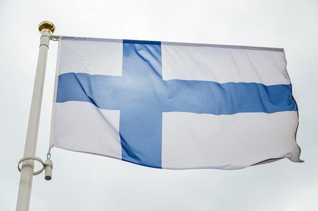 Bandeira branca da finlândia com grande cruz azul