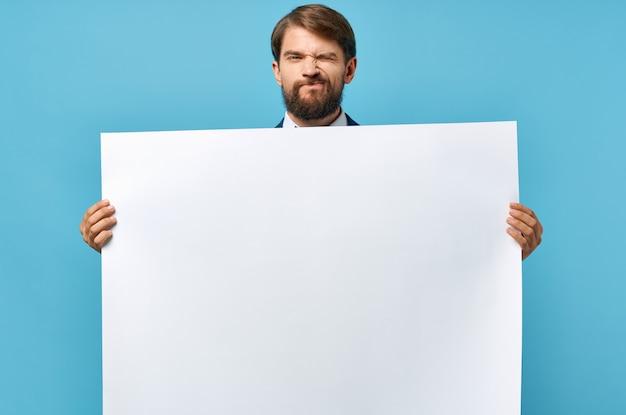 Bandeira branca de homem alegre na mão para apresentação de folha em branco estúdio copyspace