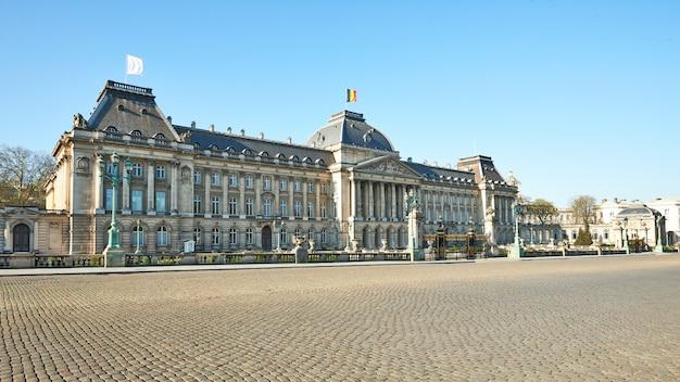 Bandeira branca flutuando no telhado do palácio real durante o período de confinamento.
