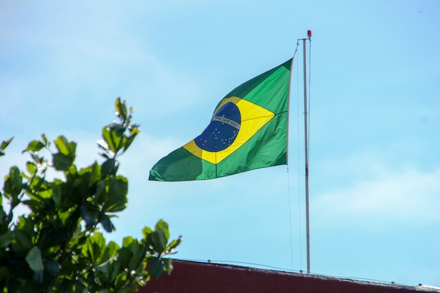 Bandeira brasileira hasteada ao ar livre no rio de janeiro, brasil.