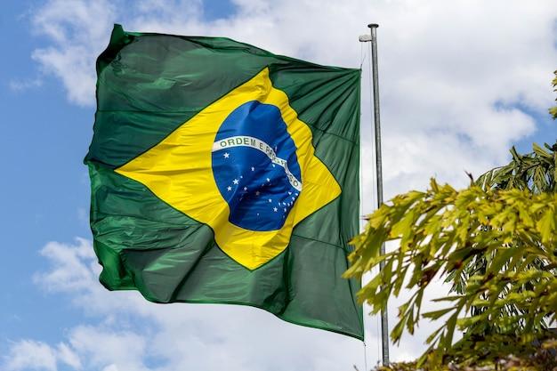 Bandeira brasileira voando no vento ordem e progresso da tradução