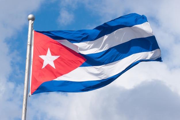 Bandeira cubana contra um céu nublado