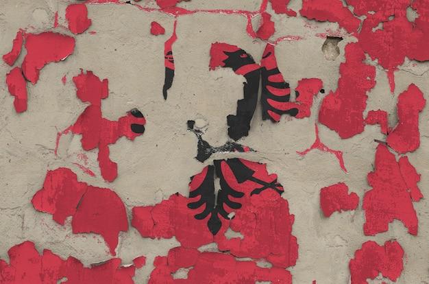 Bandeira da albânia, representada em cores de tinta no antigo fundo de concreto desarrumado obsoleto closeup
