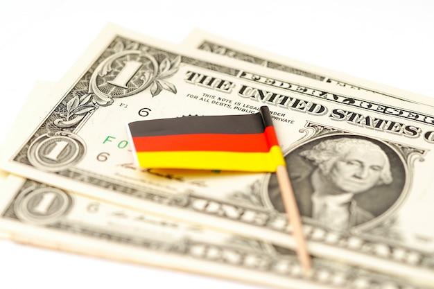 Bandeira da alemanha em fundo de notas de dólar.