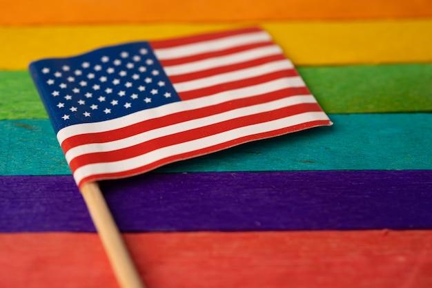 Bandeira da américa eua no símbolo do fundo do arco-íris do mês do orgulho gay lgbt.