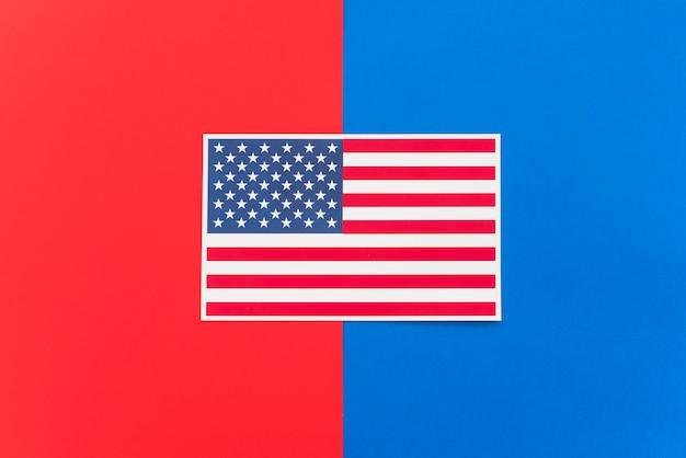 Bandeira da américa na superfície colorida brilhante