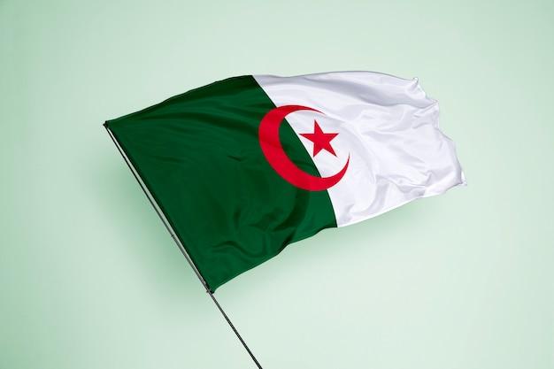 Bandeira da argélia ao fundo
