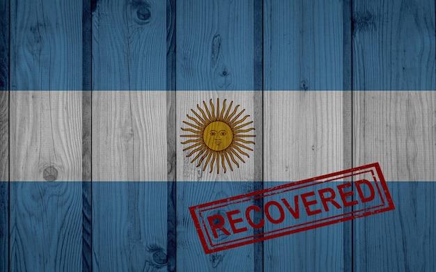 Bandeira da argentina que sobreviveu ou se recuperou das infecções da epidemia do vírus corona ou coronavírus. bandeira do grunge com selo recuperado