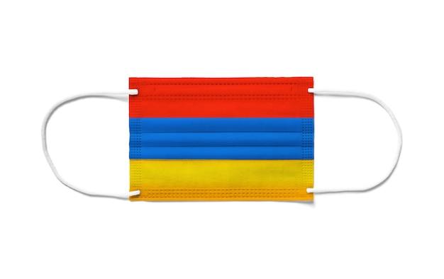 Bandeira da armênia em uma máscara cirúrgica descartável. fundo branco isolado
