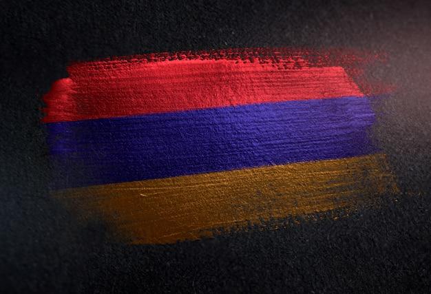 Bandeira da arménia feita de tinta de pincel metálico na parede escura de grunge