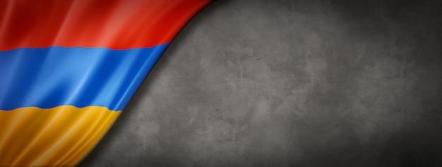 Bandeira da armênia na parede de concreto. panorâmica horizontal. ilustração 3d