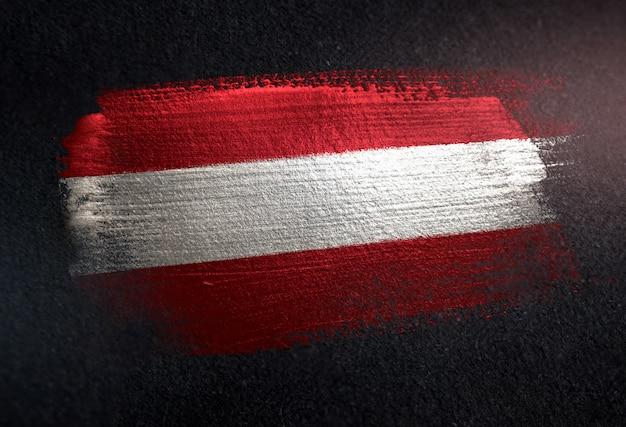 Bandeira da áustria feita de tinta de pincel metálico na parede escura do grunge
